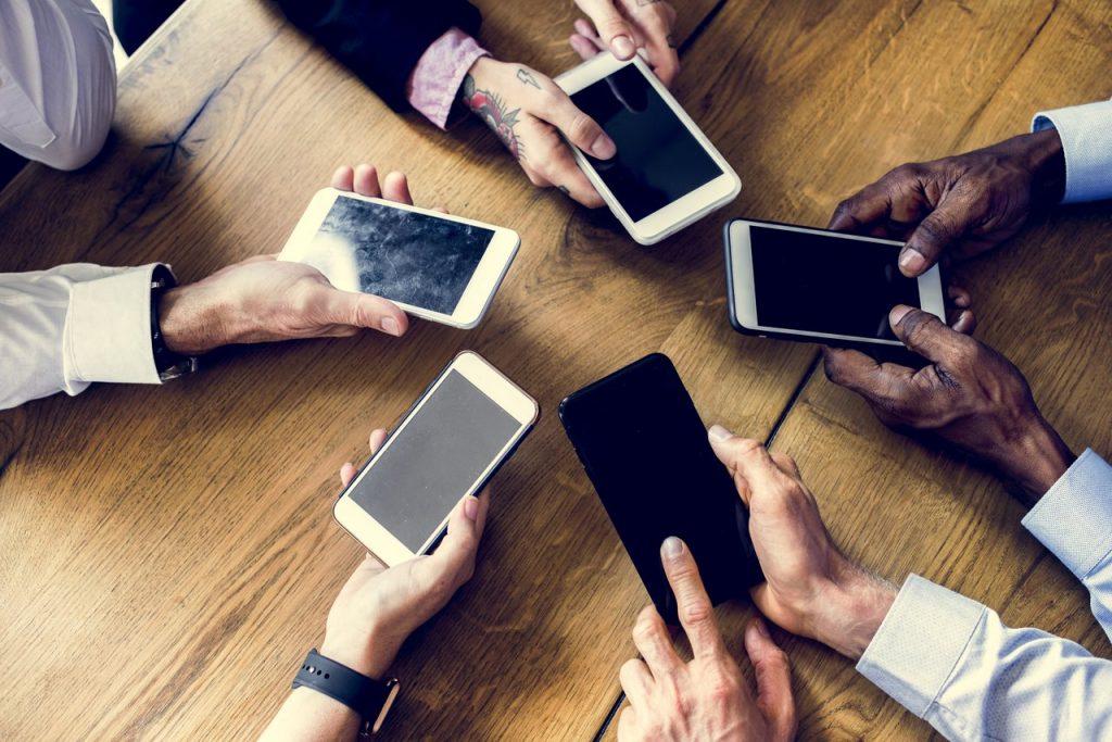 Strony na smartfonach